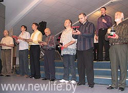Церковь не покидает здание, а продолжает молиться