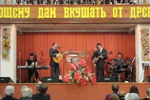 Служение, посвященное отцам, прошло в церкви