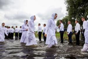 91 человек принял водное крещение в церкви ХВЕ деревни Ольшаны